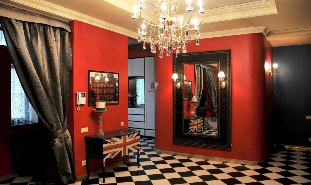 дизайн просторного красного коридора